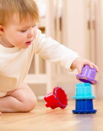 מגדל כוסות צבעוניות אגם ספרים משחקים תינוקות